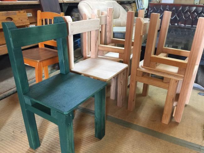 「カラフルな椅子」